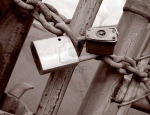 1574027-industrial-sitio-puerta-con-dos-candados-en-una-cadena